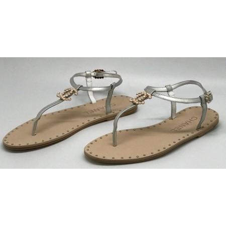 Женские брендовые кожаные сандалии Chanel Cruise серебристые на плоской подошве