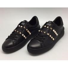 Женские кожаные кроссовки Valentino Garavani Rockstud черные с шипами